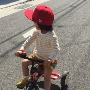 三輪車をスイスイこげるようになってたー(オバ、感激)