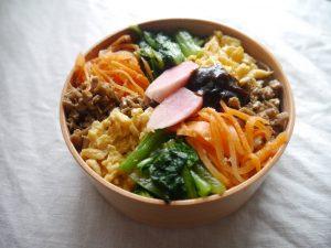 ビビンバ弁当。卵は本当の卵だけど、肉らしいのは豆腐そぼろ。