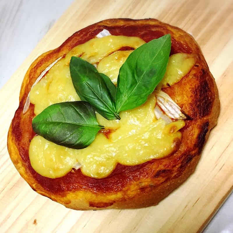 豆乳チーズでピザ。トマトソースは市販のオーガニックのもの。最近ご自分で植えたバジルをのせてみたそうです。