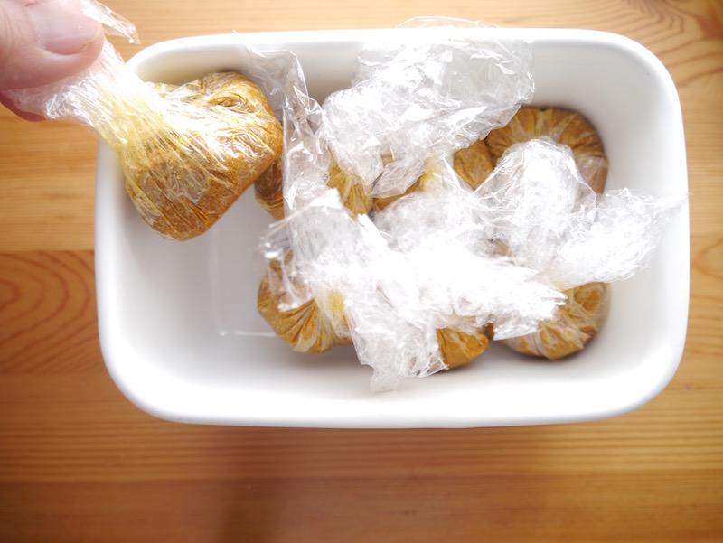 混ぜるだけでできるココナッツオイルのカレールウは、25gずつラップで包んで冷蔵庫へ。蓋付きの容器に入れておけば匂いも気になりません。