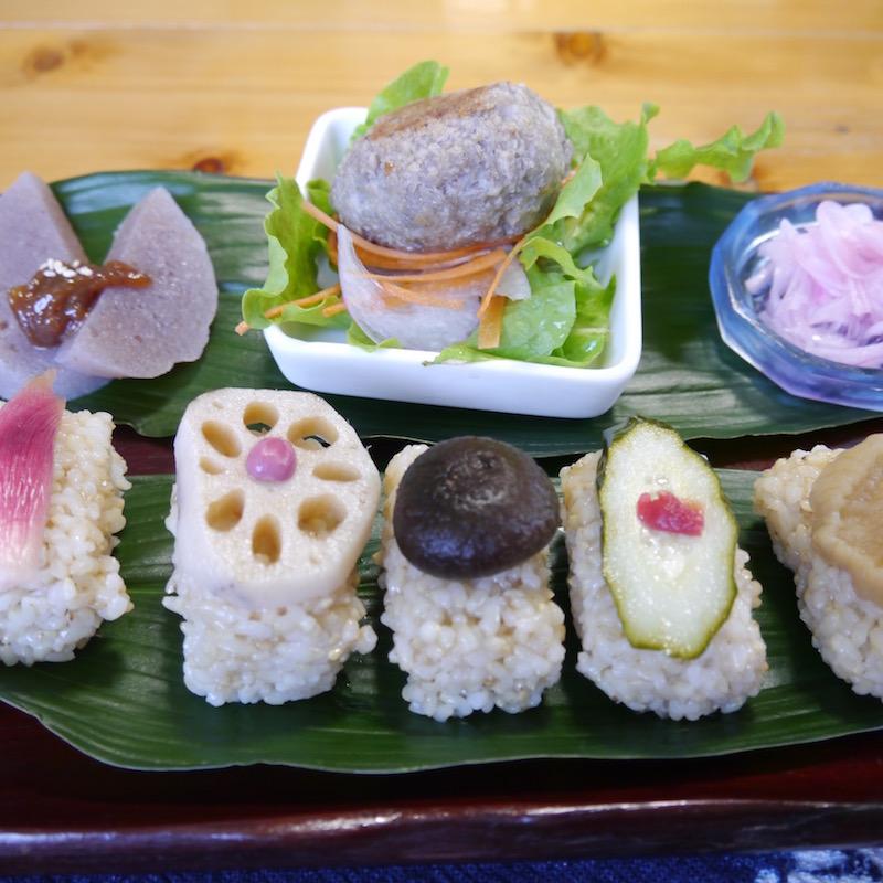 植物性の食材のみで作られた野菜寿司のランチ。