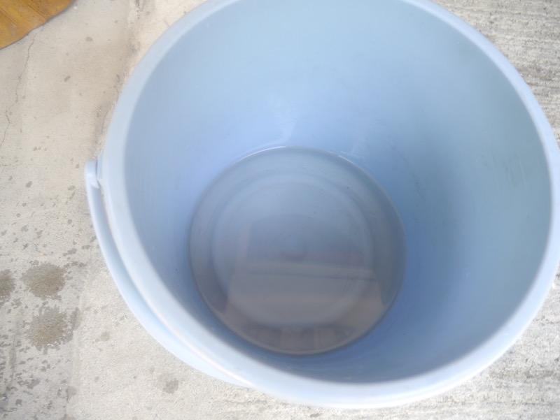 灰の中を3回通した水。触るとトロッとしています。